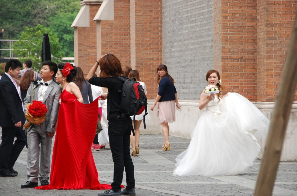 Mariages surréalistes dans les rues de Shanghai